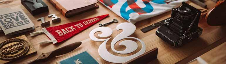 Table avec des éléments créatifs éparpillés